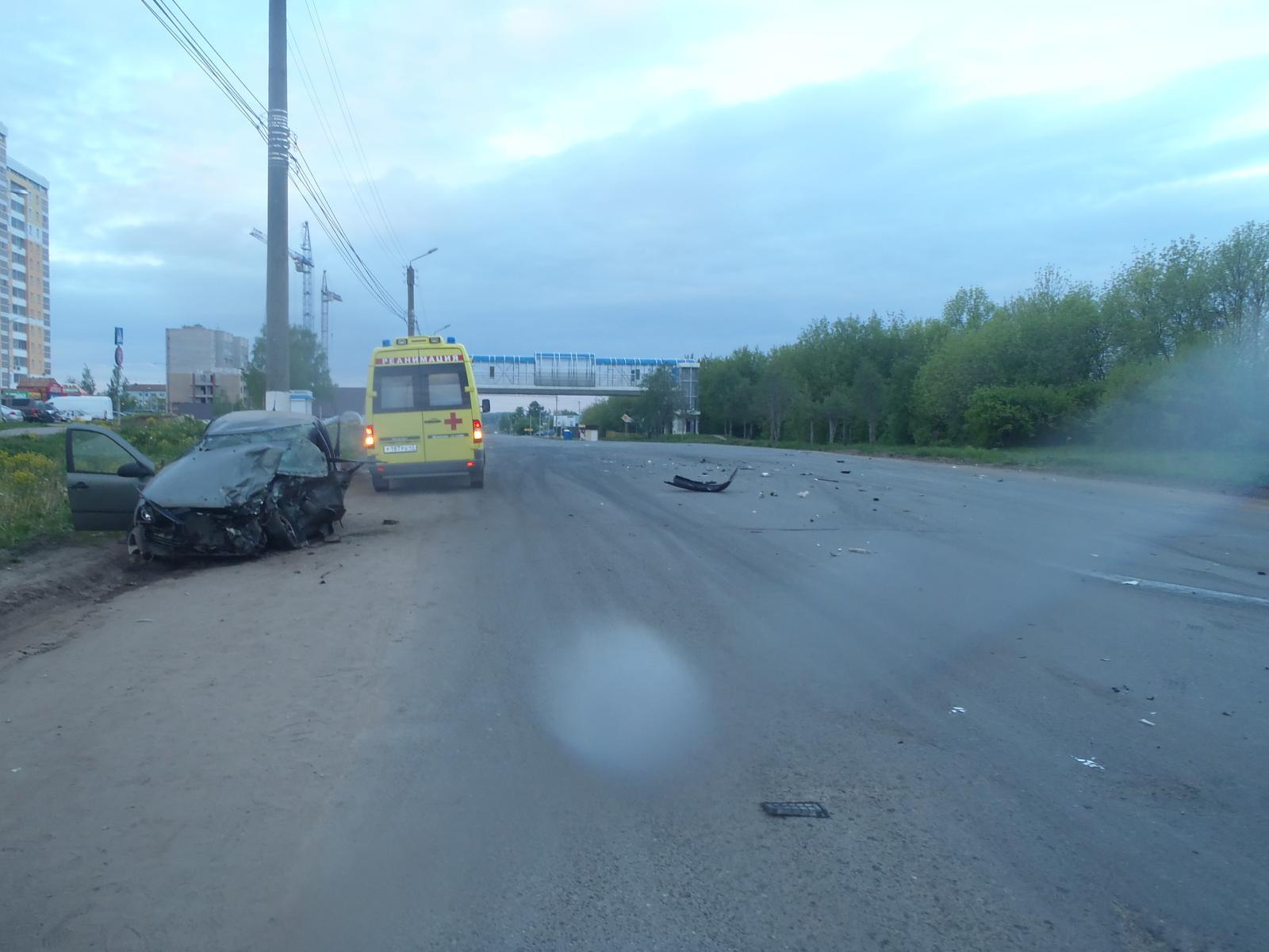 Печальное лобовое ДТП вКирове: наЛенина столкнулись две легковушки