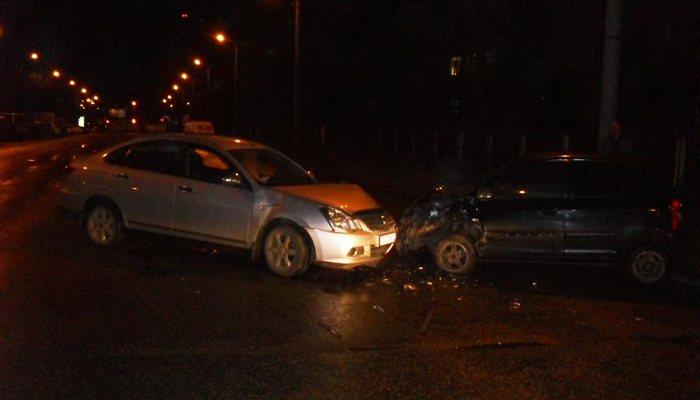 Напроспекте Строителей таксист врезался в Кия: два человека пострадали